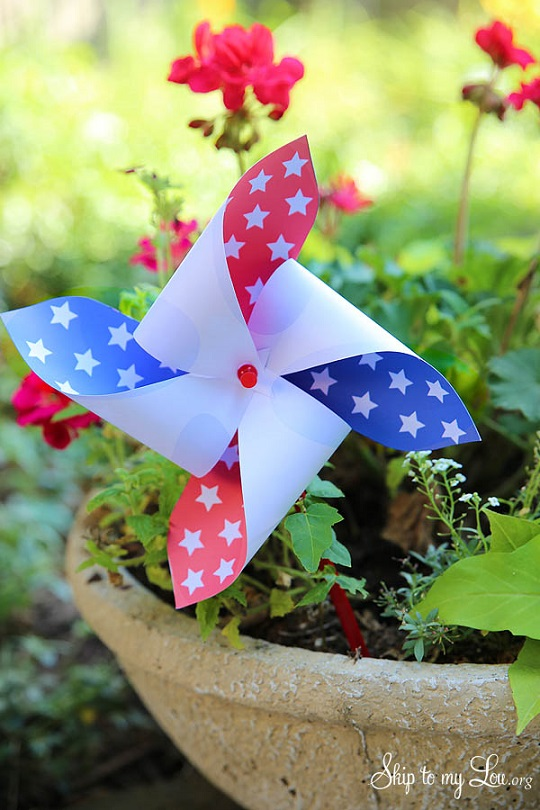 DIY fourth of July decorations: patriotic pinwheel